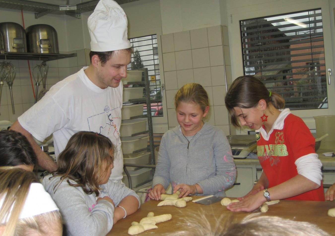 Vom 28. April bis 2. Mai <br>Schüler backen mit dem Bäckermeister, backen macht Spass!